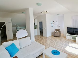 Luxury Beachfront Apartment (8) sleeps 4+2