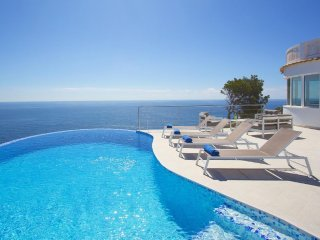 Spacious villa a short walk away (239 m) from the 'Cala La Barra' in Xàbia with