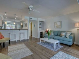 Walk to Siesta Key, No Car Needed, Newly Renovated, Views of Pool, WiFi