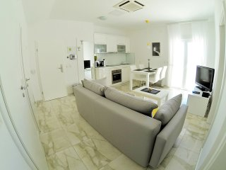 Stunning apartment steps from beach (6) sleeps 4+1
