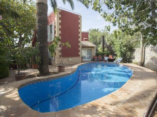 Spacious villa a short walk away (285 m) from the 'Playa de Les Bovetes' in Déni