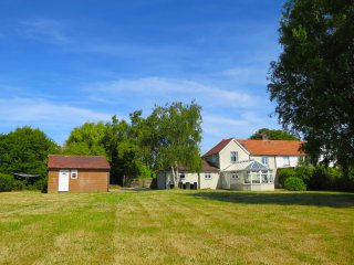 Idyllic dog-friendly cottage, next to nature reserve, private river mooring