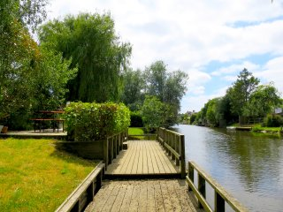 Idyllic, dog-friendly, nature reserve, private garden and river, kayak, BBQ...