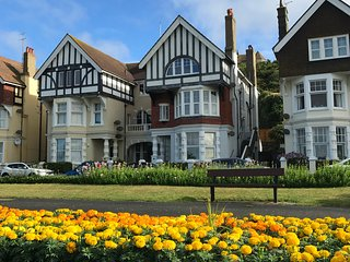 Spacious luxury 2 bed seafront flat with garden