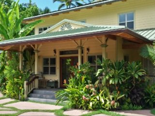 Beautiful beach house. Walking distance (5min) to Lahaina. Perfect for family