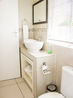 Standard Classic Cottage - Modern Bathroom