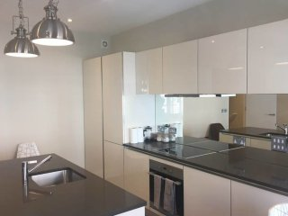 Bright modern one bed apartment in central london