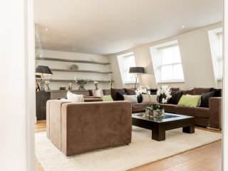 Ultra-luxurious 4BR home in Bayswater with gym, parking and private terrace