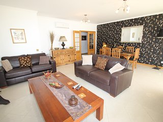 Spacious, modern centrally located 2 bedroom apartment with FREE air con