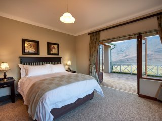 1 executive en-suite bedroom with mountain views next to Golden Gate Reserve