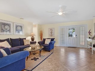 Seahorse, 2 bedrooms, 2 bathrooms in walking distance to Cape Coral Yacht Club a