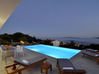 Villa Maelynn ***** Heated infinity pool with Stunning seaview, Opatija 4km