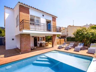 Sunny casa in Pineda del Mar for 13 guests, only 900m from the beach!