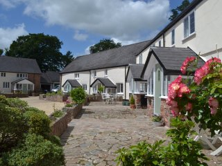 Sleeps 7, Pet-Friendly Character Cottage, Private enclosed garden and parking