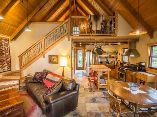 Sorenbrook: Charming Dog-Friendly Creekside Cabin!