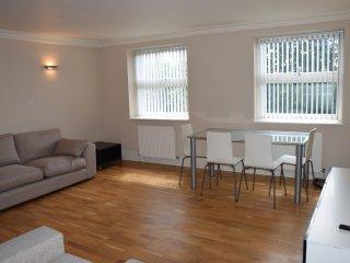 2 Bedroom apartment, West London, 10 min. tube, 25 min. City center