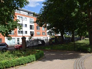 2 Bedroom apartment, West London, 10 minutes tube, 20 minutes city center