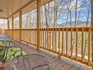 Cottage w/Multiple Decks 5 Min from DT Blairsville