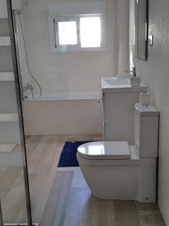 Bedroom 1: has an en-suite fully equipped bathroom with sea view, shower, bathtub, lavabo and toilet