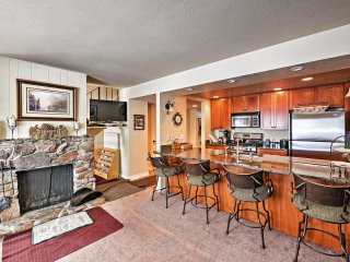 Cozy Tahoe City Townhome w/Fireplace-Walk to Lake!