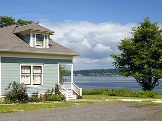 Waterfront Port Gamble Cottage w/Puget Sound Views