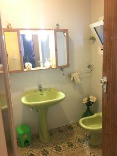Bagno completo con doccia e bidet e asciugacapelli