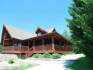 Private Smoky Mountain 5 Bedroom cabin with KNOCKOUT MOUNTAIN VIEWS!