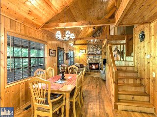 Perfect Escape 3 Bedroom, 3 Bath Cabin with Hot Tub, Fire-Pit, Mountain View