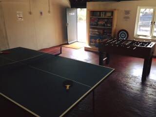 Das Spielzimmer mit Tischtennis und Tischfußball