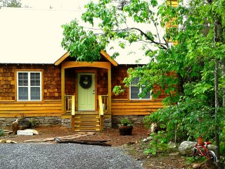 Newer, Romantic Cottage in the Woods on 4 ac, Secluded only 1 mi from Downtown!
