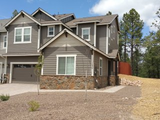New Secluded Beautiful Townhouse Close to Downtown Flagstaff, Trails, and NAU.
