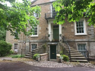 Historic Apartment in Colinton Village with Car Parking
