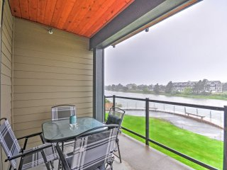 Waterfront Seaside Condo w/Deck - Walk to Beach!