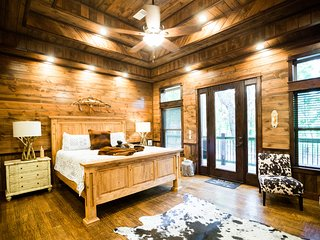Lasso the Moon Cabin! New; Spacious! 3 BR, 3 1/2 Bth! Game Rm,Hot Tub, Fire Pit