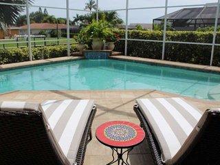 Luxury décor, free wifi, custom heated pool, private dock, canal w/ Gulf
