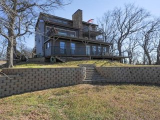 THE VIEW - 5 Bed/3 1/2 Bath Retreat with Full Panoramic View of Lake Texoma!