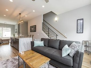 All-New 2BR/2.5BA - Rooftop Deck w/ Views of Belmont & Downtown
