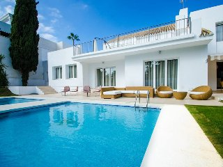A Luxurious Villa 20 On The Sea in Puerto Banus for Short Term Rent