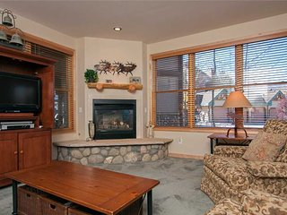 Spacious condo * Outdoor hot tub * Large LCD TV * Steps from downtown!