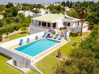 Villa GEMINI, Villa with air con and pool, hillside location with country views