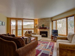 WH216 Attractive Condo w/Great Views, Wifi, Fireplace, Common Hot Tub