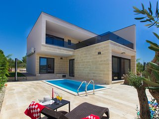 Villa Okit, 50m from the sea,with pool and 4 bedrooms