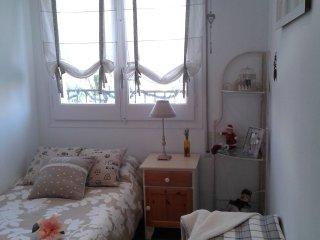 alquilo preciosa y comoda habitacion con vista a un amplio balcon.