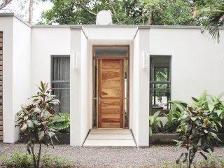 Casa Rusina - 3 bedroom, 3.5 bathroom Walk to Playa Guiones Surf and Yoga