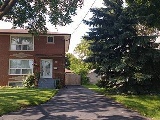 Toronto SW 15 min to Center-Spacious 4 bedr 2.5 Bath  in quiet safe family  area