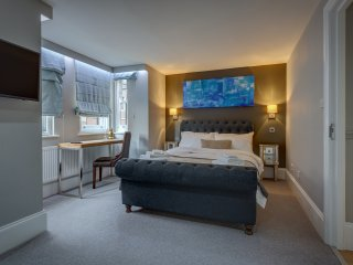 Soho Penthouse Designer 3 bed, Roof terrace and central.