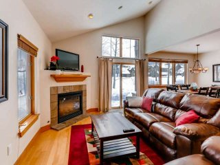 Gorgeous Highland Townhouse! PRIVATE HOT TUB, No Stairs to Enter, Views & Value