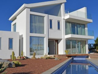 Spacious villa a short walk away (336 m) from the 'Cala La Barra' in Xàbia with
