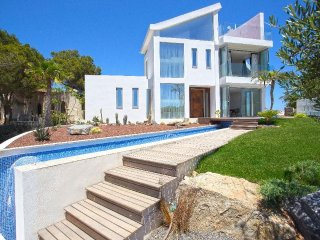 Spacious villa a short walk away (336 m) from the 'Cala La Barra' in Xabia with