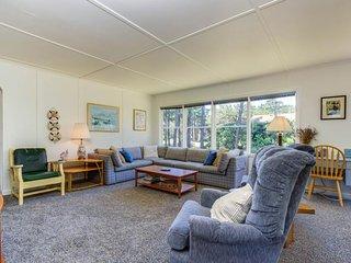 Rustic dog-friendly beach home on Neskowin Marsh Golf Course + 2 blocks to beach